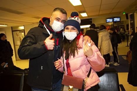 Matkustajat poseeraavat Lappeenrannassa kuvaajalle ennen lentoaan Italian Lombardiaan.