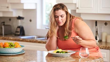 Sama ravinto, mitä söimme aikaisemmin, käyttäytyy nyt kehossamme eri tavalla stressihormonien vuoksi, kertoo painonhallintalääkäri.