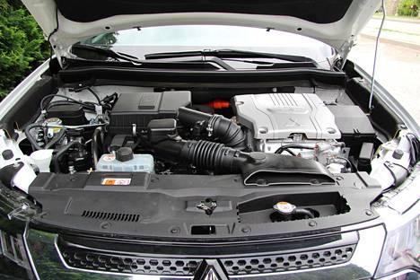 Konepellin alta löytyy 2,4-litraiseksi kasvatettu bensiinimoottori.
