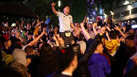 Juhlat Lontoon kaduilla jatkuivat railakkaasti pelin päätyttyäkin.