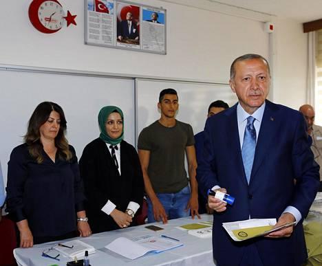 Presidentti Erdogan äänesti Istanbulissa sunnuntaina.