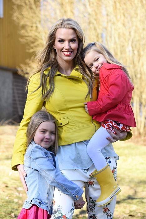 Piritta Hagman tyttäriensä Lilan ja Elianan kanssa. Perheessä on myös poika Lukas.