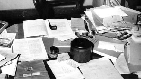Luovan neron Albert Einsteinin työpöytä vuonna 1955. Ei mikään KonMarin perikuva.