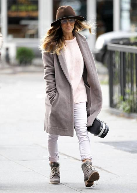 Näyttelijä Sarah Jessica Parker piiloutuu hatun alle.