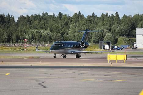 Sanna Marin saapui EU-neuvotteluista Suomeen yksityiskoneella.