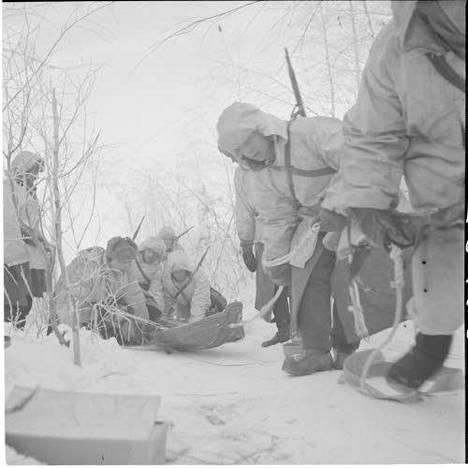 Konekivääriä vedetään asemaan jatkosodan aikana Maaselän kannaksella Itä-Karjalassa.