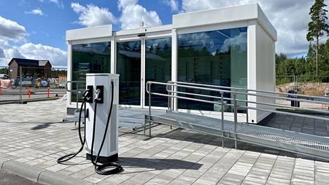 Jakeluaseman käyttämä energia saadaan aurinkopaneeleista sekä tuuli- ja vesivoimalla tuotetusta uusiutuvasta sähköstä.