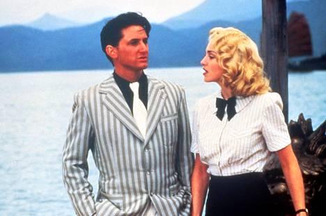 Shanghain yllätys -elokuva tuli kuuluisaksi jo tekovaiheessa pääosissa nähtävän silloisen pariskunnan, Sean Pennin ja Madonnan, riitelyn vuoksi.