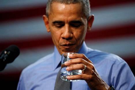 Presidentti Barack Obama vieraili Flintissä toukokuussa 2016 ja joi lasillisen lyijypitoista vettä. Gina Luster pettyi Obaman toimintaan ja vähättelevään asenteeseen, vaikka pitääkin mahdollisena, että presidentti yritti vain rauhoitella.