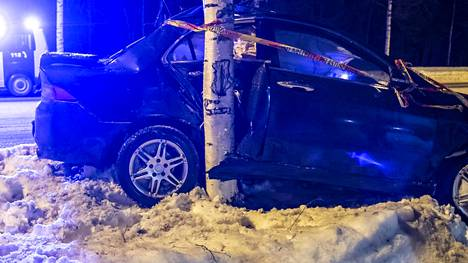 Auto pysähtyi puuhun ulosajon jälkeen.