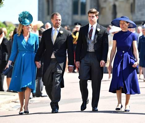 Arthur Chatto (toinen oikealta) äitinsä Sarah Chatton rinnalla Sussexin herttuaparin häissä.