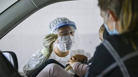 Lieväoireisten kahdesti rokotettujen ei tarvitse enää hakeutua koronavirustestiin. Sama koskee alle 12-vuotiaita lapsia, vaikka heitä ei ole vielä rokotettu lainkaan.