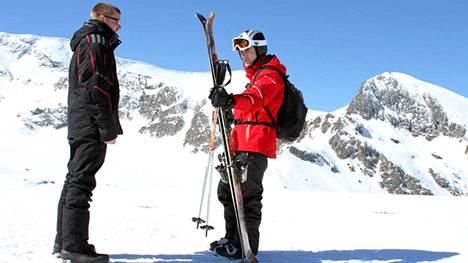Ohjaaja Marko Mäkilaakso (vas.) ja kanadalaisnäyttelijä Chuck Campbell lumimiestoimintaelokuvan kuvauspaikalla.