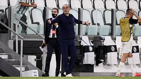Maurizio Sarri levitteli käsiään perjantaina, kun Juventus putosi Mestarien liigasta.