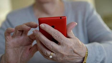 Tietoturvayhtiö F-Securen tutkimusjohtaja Mikko Hyppönen sanoo kalevan haastattelussa, että matkapuhelimet ovat enemmän seurantalaitteita kuin puhelimia. Kuvituskuva.
