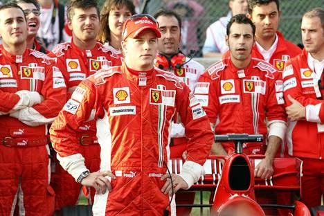 Tuore maailmanmestari Kimi Räikkönen esiintyi tyynesti Mugellon Ferrari-juhlan virallisella osuudella 2007.