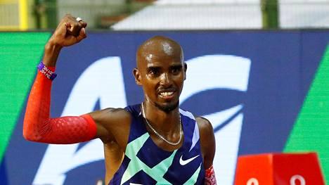 Mo Farah paineeli tunnin ratajuoksun maailmanennätyksen.
