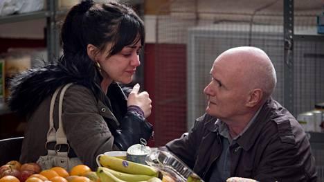 Katie (Hayley Squires) ja Daniel Blake (Dave Johns) pyristelevät byrokratian kourissa.
