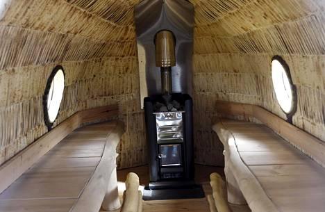 Saunaa ei lämmitetä, toimittajat voivat tehdä saunan sisällä vaikka haastatteluja.