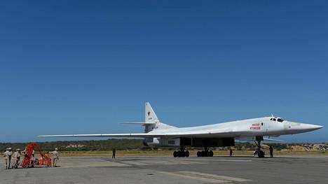 Kaksi Venäjän Tupolev TU-160 -pommikonetta laskeutui maanantaina Venezuelan pääkaupunkiin Caracasiin.