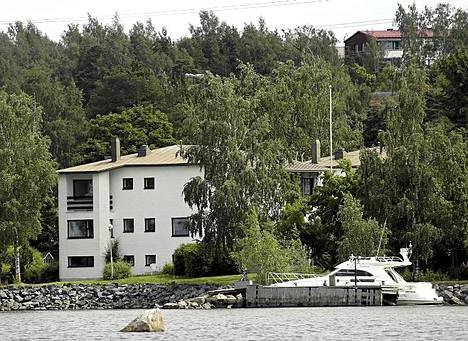 Entinen kiekkotähti Christian Ruuttu asuu tässä talokompleksissa perheensä kanssa.