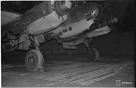 Junkers 88 lämmittää moottoreita ennen lähtöä.