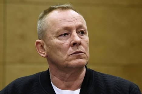 Pasilan poliisitalon parkkipaikalla räjähti vuonna 1995 autopommi. Rikollispomo Keijo Vilhunen (kuvassa) sanoo uudessa kirjassa rahoittaneensa iskua 50 000 markalla.