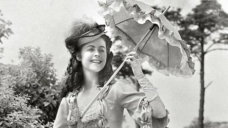 Katarina kaunis leski -komediassa Volasen esittämä nuori Katarina joutuu hätistelemään kosijoita tiehensä.