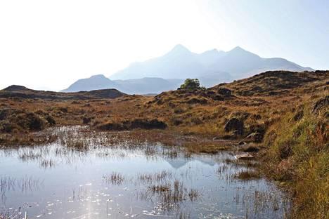 Isle of Skyen Black Cuillin Ridge -vuorijono kohoaa merestä noin 1 000 metriin.