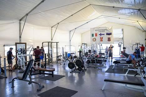 Kuntosalilla huhkitaan ilmastoidussa teltassa. Moni rauhanturvaaja sanoo treenaavansa komennuksella vielä normaaliakin enemmän.