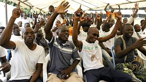 Vaalit voittaneen Alassane Ouattaran kannattajat lauloivat Abidjanissa.