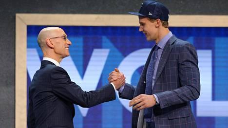 Lauri Markkanen varattiin Minnesota Timberwolvesin vuorolla, mutta siirtyy vaihtokaupan myötä Chicago Bullsin riveihin.
