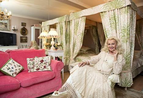 Virpi Miettinen kertoo viettävänsä 50-vuotistaiteilijajuhla. –Tänä vuonna on 50 vuotta siitä, kun minut valittiin Miss Suomeksi.