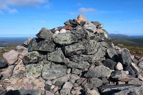 Tuntureilla osa vanhoista muinaisjäännöksistä on hautautunut retkeilijöiden kasaamien kivien alle. Kuvassa Keimiötunturin rajamerkki.
