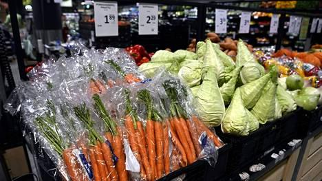 Porkkanoita ja kaalia Prismassa Helsingissä.