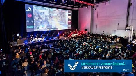 Suomi on yksi Overwatch-pelin huippumaista. Kuvassa katsojat jännittävät Assembly Winter 2018 -tapahtuman finaalia.