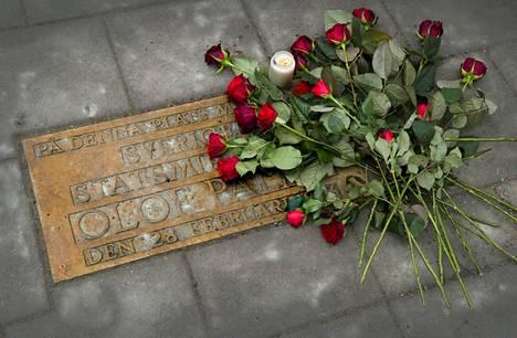 Palmen murhapaikalla on muistolaatta Tukholman keskustassa.