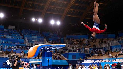Simone Bilesin hyppy viime tiistain joukkuefinaalissa epäonnistui pahasti. Hän sai hypyn onneksi jaloilleen, vaikka 2,5 kierrettä muuttuikin ilmassa 1,5 kierteeksi.