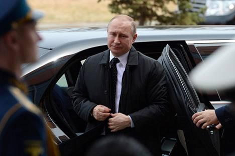 Putin saapui tapojensa vastaisesti hyvissä ajoin kokousareenalle, joka sijaitsee Russkyn saarella Vladivostokissa.