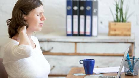 Niska-hartiaseutu jumissa, mutta töitä olisi tehtävä? Kokeile elvyttäviä ja vetreyttäviä liikkeitä vaikka pöydän ääressä.