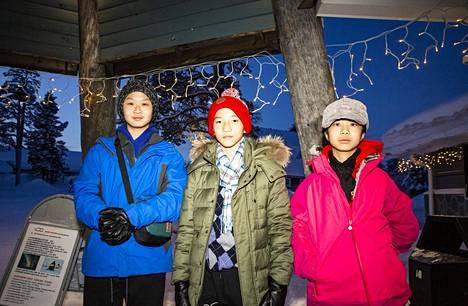 Honkongilaisnuoret Johnny Tse, David Wong ja Cici Tse pitivät lumesta ja odottivat innolla taivaan väriloistoa.