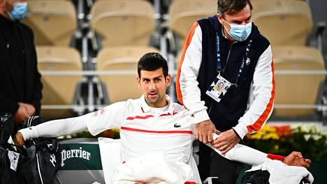 Novak Djokovic tarvitsi lääkintätauon keskiviikkoisessa puolivälierässä Ranskan avoimissa.