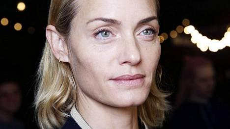 Huippumalli Amber Valletta, 43, nähtiin juuri Dries Van Notenin näytöksessä Pariisin muotiviikoilla. Amber näyttää esimerkkiä hohtavasta ihosta ja luonnollisesti rajatuista huulista.