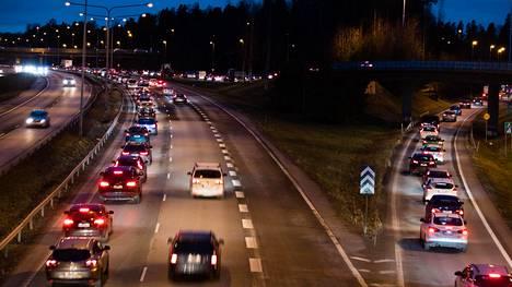 Keskusta sanoo ei autoveron poistolle ja liikenteen polttoaineverotuksen korottamiselle.