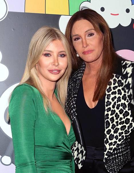 70 vuotta täyttänyt Jenner on seurustellut jo yli kahden vuoden ajan 23-vuotiaan Sophia Hutchinsin kanssa.