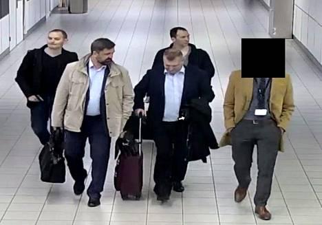 Neljä venäläismiestä tallentuivat valvontakamerakuviin Schipholin lentokentällä Amsterdamissa. Hollannin viranomaisten mukaan heidät on tunnistettiin ja karkotettiin saman tien takaisin Venäjälle.