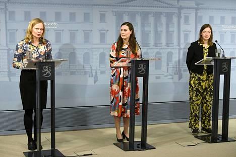 Koronakevät tarkoitti myös Kososelle (vas.) pitkiä päiviä ja vaikeita päätöksiä. Rinnalla tiedotustilaisuuksissa nähtiin esimerkiksi pääministeri Sanna Marin ja opetusministeri Li Andersson.