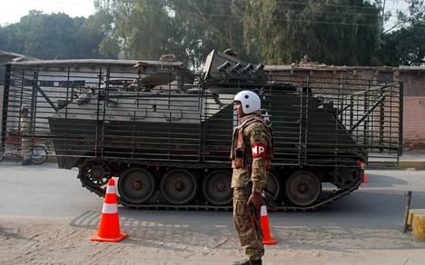 Paikalle on tuotu armeijan panssaroitu ajoneuvo.