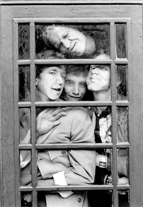 Steve Jones, Paul Cook, Glen Matlock ja Johnny Rotten tiiviissä tunnelmissa vuonna 1976.