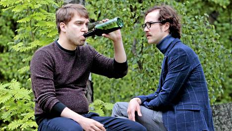 Rentoa johtamista: Atte Blom (Jarkko Niemi) ja Henrik Otto Donner (Tomi Alatalo) kiistelevät levy-yhtiön suunnasta.